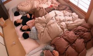 พี่น้องชายหญิงนอนรวมกัน เลยเย็ดกันเพราะความเงี่ยน