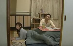 ดูฟรี หนังโป๊ญี่ปุ่น พ่อแอบเย็ดลูกสาวใต้โต๊ะอุ่นขา
