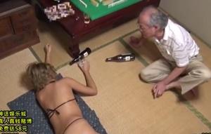 หนังโป๊ญี่ปุ่น แอบเย็ดผู้หญิงเมา คุณลุงเงี่ยนอดใจไม่ไหว