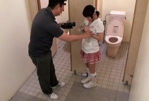 หนังโป๊av สอนเด็กให้เป็นกระหรี ลุงแอบเย็ดเด็กสาวในห้องน้ำ