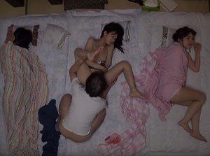 พ่อแอบเย็ดลูกสาว เย็ดคนพี่ต่อด้วคนน้องนอนเสียวจนหีแฉะ