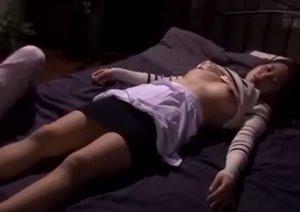 หนังโป๊เอวี โปะยาสลบแม่บ้านสาว ลักหลับเย็ดรูหี