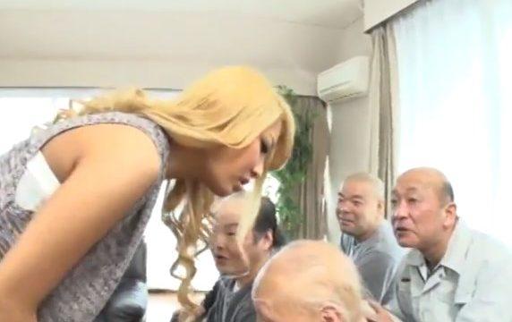 กลิ่นหัวล้านทำให้เงี่ยน สาวซ่าแหกรูหีให้คนแก่เย็ด