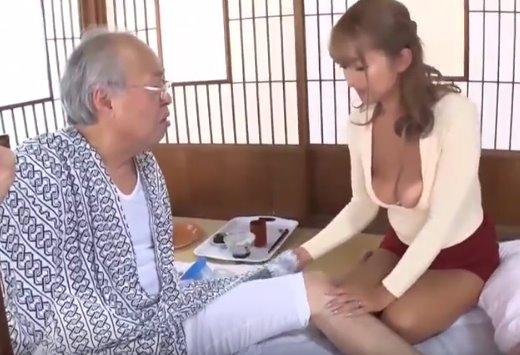 หนังโป๊ญี่ปุ่น พ่อผัวเย็ดลูกสะใภ้สุดเซ็กส์ซี่ เธอใจดีให้เย็ดหีจนน้ำแตก
