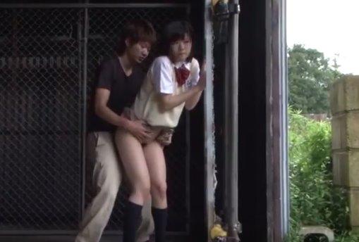 หนังav นักเรียนหญิงแหกหีเยี่ยวไม่เป็นที แอบยืนเย็ดข้างโกดังร้าง