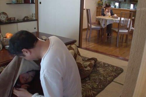 พ่อแอบเย็ดเพื่อนลูกสาว ติวการบ้านแล้วเกิดเงี่ยนที่บ้านเพื่อน เลยขอให้พ่อเพื่อนช่วยเย็ดหี