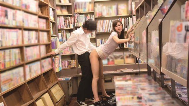 แอบเย็ด แอบเอาควยยัดรูหีผู้หญิงในร้านหนังสือ เพราะคนมันเงี่ยนเกินห้ามใจ