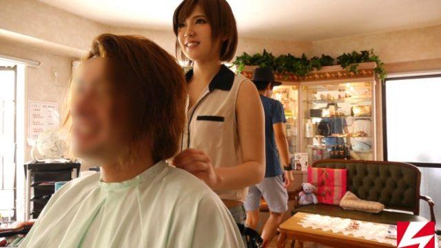 ช่างตัดผมสาวสวย เธอให้ลูกค้าแอบเย็ดหีเป็นรายได้เสริมในร้านตัดผมชาย หนังโป๊เอวี