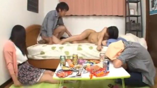หนังav ชวนเพื่อนมากินเหล้าจนเมาหลับ แอบเล่นชู้เย็ดเมียเพื่อนเพราะว่าเงี่ยน
