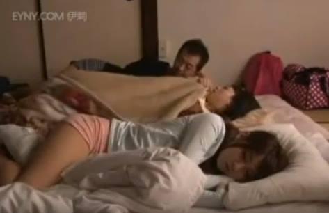 พ่อลูกแอบนอนเย็ดกัน ลูกสาวคนเล็กนอนอยู่ด้วย แอบเสียวจนน้ำเดิน