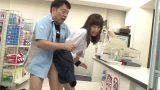 นักเรียนสาวขโมยของในร้านสะดวกซื้อ เลยถูกพนักงานเอาควยเสียบเย็ดที่รูหี