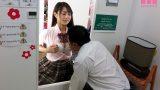 เย็ดในซ่อง เลือกผู้หญิงผ่านรูกระจกแล้วจ่ายเงินให้ออกมาเย็ดกัน