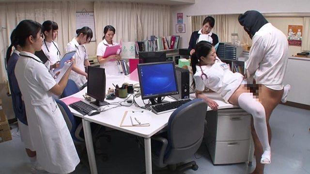 หนังโป๊แนวแปลก มนุษย์ล่องหน ยืนเย็ดพยาบาลต่อหน้าทุกคน แต่ไม่มีใครเห็น