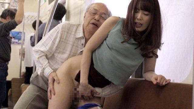 เย็ดบนรถไฟฟ้า หนังโป๊เรื่องดัง ผู้สาวใจดีเอื้อเฟื้อให้คนชราได้เย็ดหีบนรถไฟฟ้า
