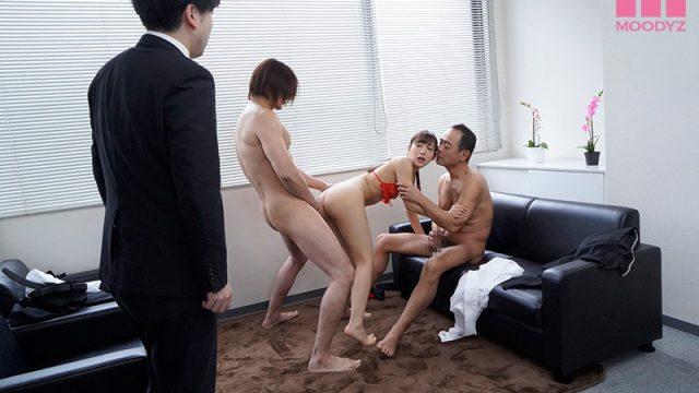 หนังโป๊เรื่องเด็ด ผัวเปิดประตูมาเจอเมีย กำลังเย็ดกับคนในบริษัท