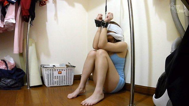 จับขังเย็ดหี หนังโป๊เอวี ขังเธอไว้ในตู้เสื้อผ้า แล้วให้ผู้ชายเปลี่ยนกันมาเย็ดหี